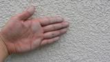 壁面を触ると手に白い粉がつく